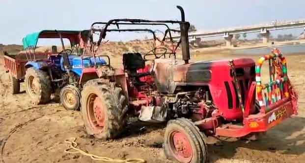 2 tractors sacrificed for mutual dispute between sand mafia – Nalanda Darpan / नालंदा दर्पण : गाँव-जेवार की बात। – गाँव-जेवार की बात।