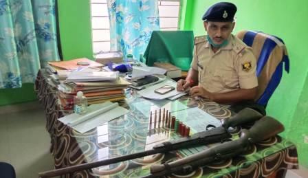 One rifle one gun and 11 live cartridges recovered from the house of the killer in a police raid – Nalanda Darpan / नालंदा दर्पण : गाँव-जेवार की बात। – गाँव-जेवार की बात।