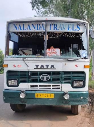 Nalanda Travels Bus attacked by 3 unidentified miscreants in broad daylight driver helper injured 1 • Nalanda Darpan / नालंदा दर्पण : गाँव-जेवार की बात। • गाँव-जेवार की बात।